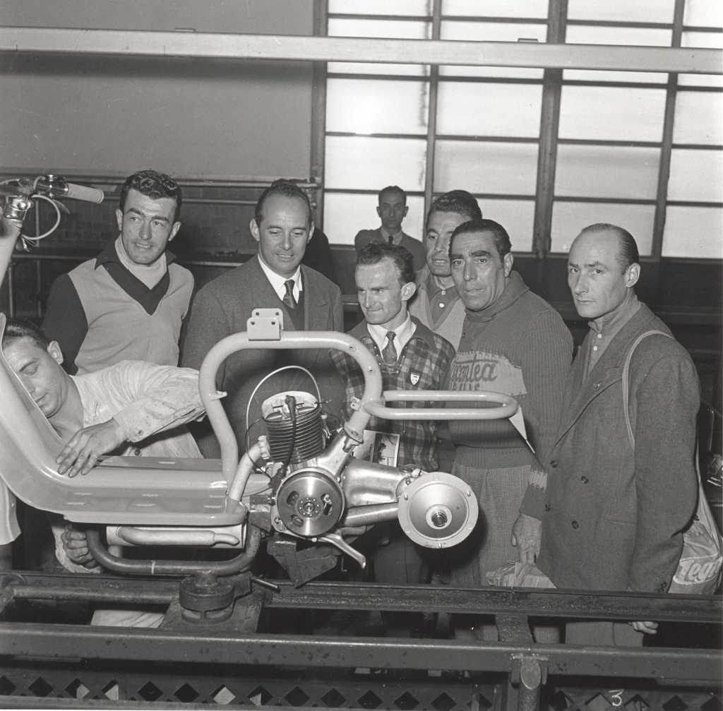 1950 Cycling champions Robet and Robic at Innocenti's factory 3