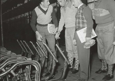 1950 Cycling champions Robet and Robic at Innocenti's factory 4