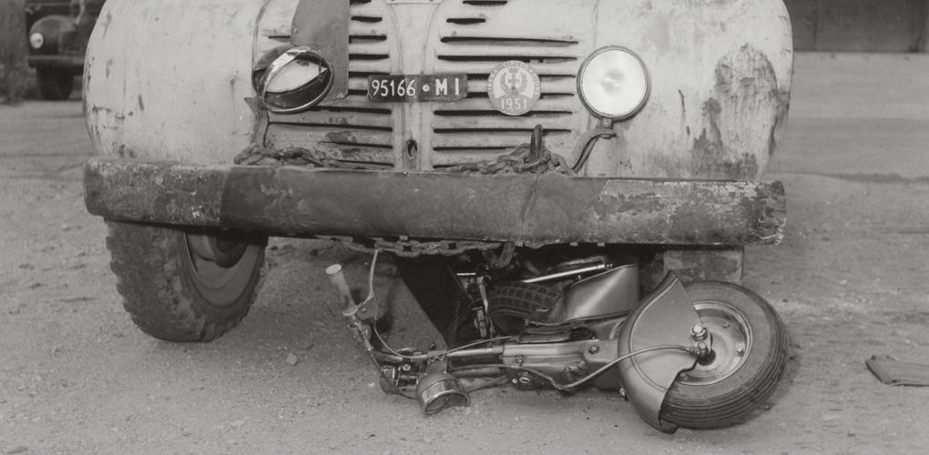 1950_A Dodge truck runs over a Lambretta-0002 copia