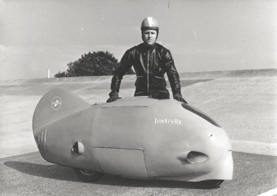 1951_Romolo Ferri, in black, and Poggi, in the Sirulo, during record test in Monthléry-0003