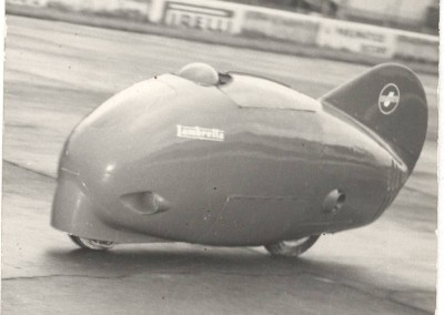 1951_Romolo Ferri, in black, and Poggi, in the Sirulo, during record test in Monthléry-0004