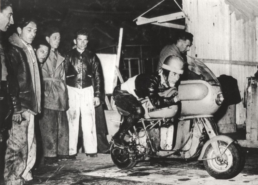 1951_Romolo Ferri sets a world speed record with the Lambretta 125CC class_8