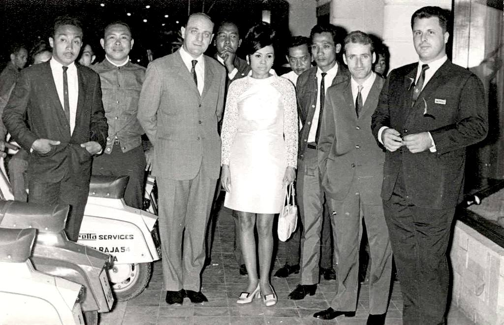 1955_The owner of the Indonesian factory and the italian representative from Innocenti
