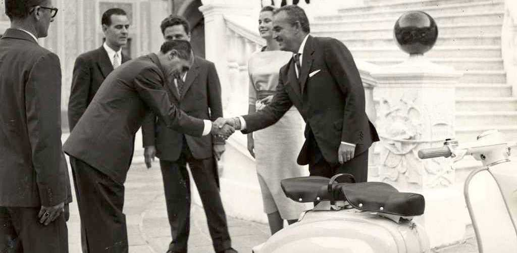 1958 Prince Rainier of Monaco and princess Grace Kelly with a Lambretta 150 LI SERIES 1 copia