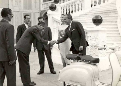 1958 Prince Rainier and princess Grace Kelly of Monaco with a Lambretta 150 LI SERIES 1 copia 2